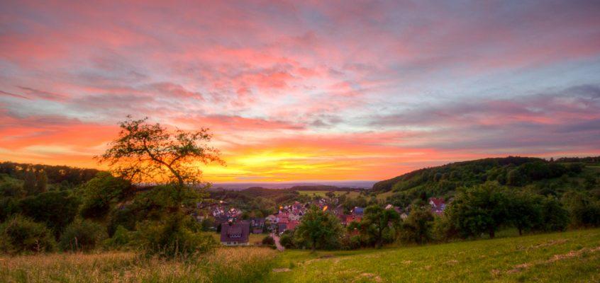 Glühender Sonnenuntergang über Oberheimbach